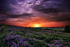 Puesta del sol del sol del cielo de las nubes de las colinas de las montañas Imagen de archivo