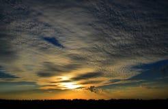 Puesta del sol.  Cielo hermoso fotografía de archivo libre de regalías