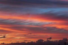 Puesta del sol Cielo hermoso Da a cielo un color rosáceo-anaranjado foto de archivo