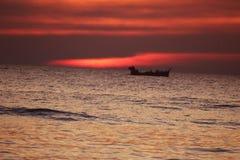 Puesta del sol - cielo rojo Imagen de archivo