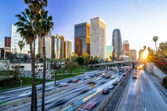 Puesta del sol céntrica del horizonte de los edificios de Los Ángeles Fotos de archivo libres de regalías