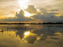 Puesta del sol coloful en el pequeño lago en Tailandia Fotografía de archivo libre de regalías