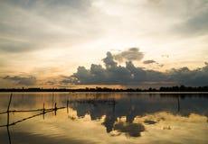 Puesta del sol coloful en el pequeño lago en Tailandia Foto de archivo