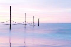 Puesta del sol color de rosa hermosa en una costa Foto de archivo libre de regalías