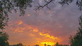 Puesta del sol coloreada en el cielo almacen de metraje de vídeo
