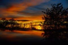 Puesta del sol coloreada hermosa en invierno fotografía de archivo