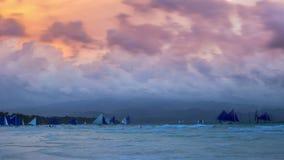 Puesta del sol colorida asombrosa en el mar sailboats Playa blanca, Boracay, Filipinas 4K TimeLapse - agosto de 2016, Boracay almacen de video