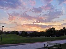 Puesta del sol colorida con las nubes enormes fotografía de archivo