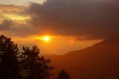 Puesta del sol colorida con las nubes por la tarde imagen de archivo libre de regalías