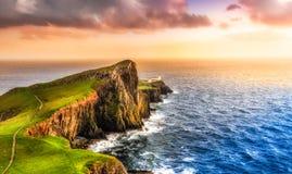 Puesta del sol colorida de la costa del océano en el faro del punto de Neist, Escocia Fotos de archivo libres de regalías