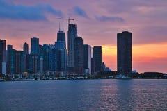 Puesta del sol colorida de la tarde sobre el horizonte de Chicago con los edificios de la vieja, nueva y actual construcción fotografía de archivo libre de regalías