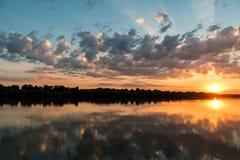 Puesta del sol colorida del delta salvaje de Danubio fotos de archivo