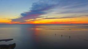 Puesta del sol colorida en bahía móvil imagen de archivo