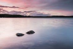 Puesta del sol colorida en el archipelaco en Finlandia Imagen de archivo libre de regalías