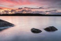 Puesta del sol colorida en el archipelaco en Finlandia Imagen de archivo