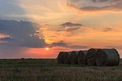 Puesta del sol colorida en el campo Foto de archivo libre de regalías