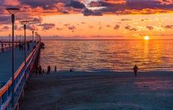 Puesta del sol colorida en el embarcadero marino, mar Báltico, Lituania fotografía de archivo libre de regalías
