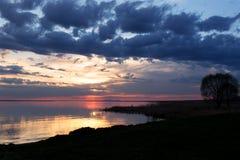 Puesta del sol colorida en el lago Foto de archivo