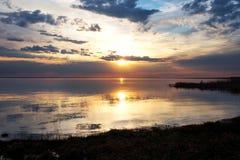 Puesta del sol colorida en el lago Fotografía de archivo