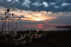 Puesta del sol colorida en el lago Imágenes de archivo libres de regalías