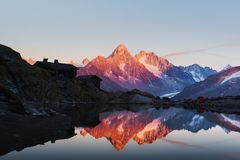 Puesta del sol colorida en el lago Blanc de la laca en las montañas de Francia foto de archivo