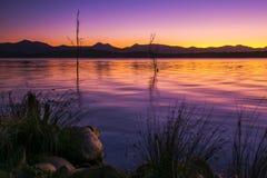 Puesta del sol colorida en el lago Moogerah en Queensland Foto de archivo
