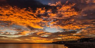 Puesta del sol colorida en el océano Fotos de archivo libres de regalías