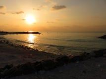 Puesta del sol colorida en el océano Fotos de archivo