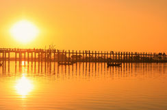 Puesta del sol colorida en el puente de U Bein, Amarapura, Myanmar Imágenes de archivo libres de regalías