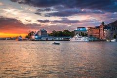 Puesta del sol colorida en el puerto de Bergen en centro de ciudad de Bergen fotografía de archivo libre de regalías