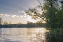 Puesta del sol colorida en el río Fotografía de archivo