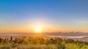 Puesta del sol colorida en el timelapse de Bosphorus de la colina de Camlica con horizonte de la ciudad en Estambul metrajes