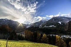 Puesta del sol colorida en el Valle Aurina Imagen de archivo libre de regalías
