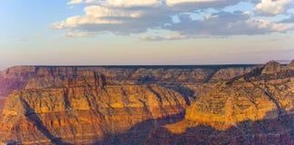Puesta del sol colorida en Grand Canyon visto del punto de Mathers Fotos de archivo