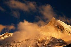 Puesta del sol colorida en Himalaya Imagenes de archivo