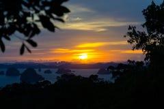 Puesta del sol colorida en Krabi, Tailandia Vista aérea dramática de las islas y del océano de la ladera imagen de archivo