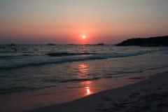Puesta del sol colorida en la costa del golfo de Tailandia Foto de archivo libre de regalías