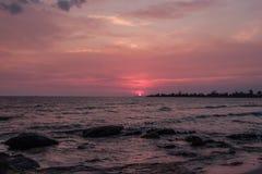 Puesta del sol colorida en la costa del golfo de Tailandia Fotos de archivo