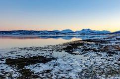 Puesta del sol colorida en la región polar cerca de Tromso, Noruega foto de archivo