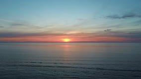 Puesta del sol colorida en lanzamiento aéreo del abejón del mar Báltico, Letonia metrajes