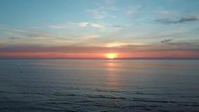 Puesta del sol colorida en lanzamiento aéreo del abejón del mar Báltico, Letonia almacen de metraje de vídeo