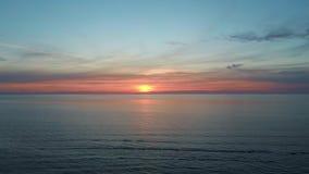 Puesta del sol colorida en lanzamiento aéreo del abejón del mar Báltico, Letonia almacen de video