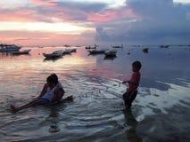 Puesta del sol colorida en Nusa Lembongan en Indonesia Imagen de archivo libre de regalías