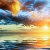 Puesta del sol colorida en un cielo dramático Imagen de archivo libre de regalías