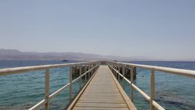 Puesta del sol colorida en una playa pública de Eilat metrajes