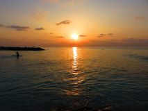 Puesta del sol colorida espectacular en el océano Imagen de archivo