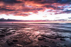 Puesta del sol colorida hermosa en el mar Fotos de archivo libres de regalías