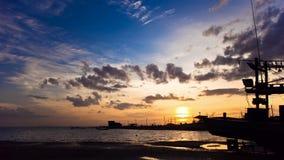 Puesta del sol colorida majestuosa con el barco de pesca metrajes