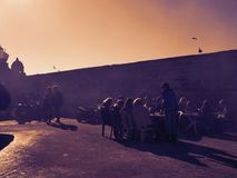 Puesta del sol colorida del mercado de pesca en África fotografía de archivo libre de regalías