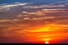 Puesta del sol colorida nublada minimalista sobre los hillls, fotografía de archivo libre de regalías